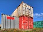 kolorowe kontenery z towarami