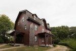 brązowy dom wielorodzinny